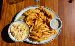 Pescado frito con patatas fritas, Long Island, Bahamas fotos de archivo