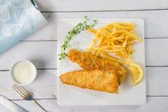 Pescado frito con patatas fritas Prendedero de pescados frito con las patatas fritas Foto de archivo libre de regalías