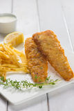 Pescado frito con patatas fritas Prendedero de pescados frito con las patatas fritas Fotografía de archivo libre de regalías