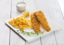 Pescado frito con patatas fritas Prendedero de pescados frito con las patatas fritas Imagenes de archivo