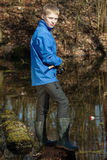Pescador adolescente hermoso en la charca con la barra Fotografía de archivo