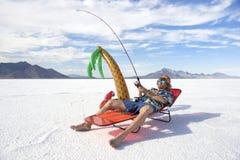 Pescador americano Goes no feriado barato das férias da pesca do gelo Foto de Stock