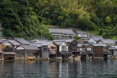 Pescador antiguo Village en un día nublado en Ine Boathouse de Kyoto, JAPÓN imagenes de archivo