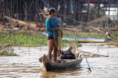 Pescador ao longo das costas, seiva de Tonle, Camboja fotografia de stock
