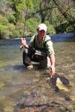 Pescador apasionado feliz sobre el suyo captura Foto de archivo