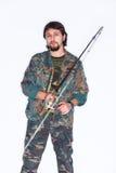 Pescador barbudo serio que lleva a cabo un ángulo Imágenes de archivo libres de regalías