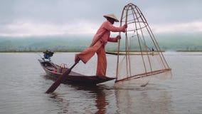 Pescador birmano Posing en el lago Inle, Myanmar - 17 de noviembre de 2017 metrajes