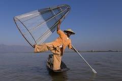 Pescador birmano que presenta con el pie que lleva a cabo su red de pesca cónica, lago Inle, Shan State, Myanmar foto de archivo libre de regalías