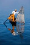 Pescador birmano tradicional en el lago Inle Foto de archivo libre de regalías