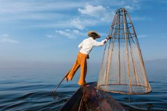Pescador birmano tradicional en el lago Inle, Myanmar Foto de archivo libre de regalías