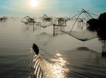 Pescador Boat e rede quadrada dos peixes no nascer do sol da manhã em Songkla Fotos de Stock