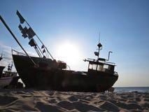 Pescador Boat em Sandy Beach Seaside em Sun fotos de stock