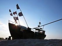 Pescador Boat em Sandy Beach Seaside em Sun imagem de stock
