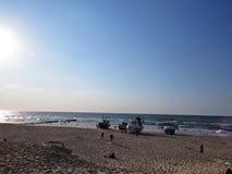 Pescador Boats em Sandy Beach Seaside em Sun imagem de stock royalty free