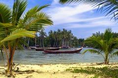 Pescador Boats en Koh Mook Coast Line Foto de archivo libre de regalías