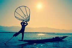 Pescador burmese no lago Inle, Myanmar Imagens de Stock