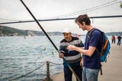 Pescador cerca del Bosphorus en Estambul, Turquía Fotografía de archivo