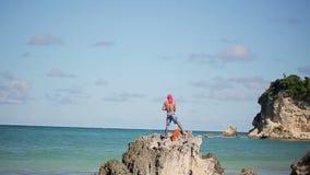 Pescador cerca del mar del Caribe almacen de video