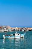 Pescador chipriota en dory del motor en Chipre Foto de archivo