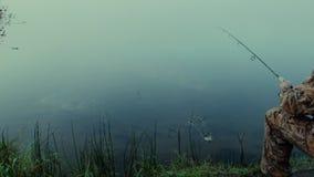 Pescador com giro video estoque