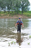 Pescador com giro na roupa especial. Fotos de Stock Royalty Free