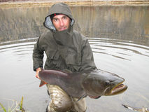 Pescador com peixes gigantes Foto de Stock Royalty Free