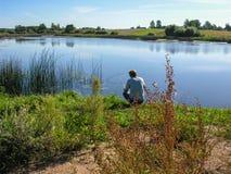 Pescador com uma haste de pesca Fotografia de Stock Royalty Free