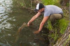 Pescador con el lucio Fotografía de archivo libre de regalías