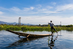 Pescador con el rowing de la pierna, lago del inle en Myanmar (Burmar) fotos de archivo libres de regalías