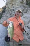 Pescador con el trofeo bajo foto de archivo libre de regalías