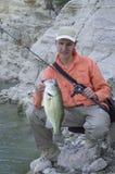 Pescador con el trofeo bajo fotografía de archivo libre de regalías