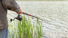 Pescador con la caña de pescar metrajes