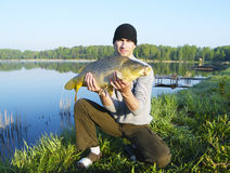 Pescador con la carpa imágenes de archivo libres de regalías