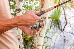 Pescador con las cañas de pescar foto de archivo