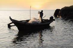 Pescador con las redes en su barco Fotografía de archivo