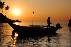 Pescador con las redes en su barco Fotografía de archivo libre de regalías