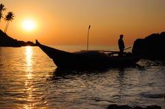 Pescador con las redes en su barco Foto de archivo libre de regalías