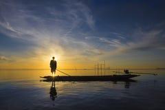 Pescador con salida del sol hermosa Imagen de archivo