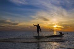 Pescador con salida del sol hermosa Foto de archivo