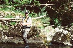 Pescador da mosca que flyfishing no rio Fotos de Stock