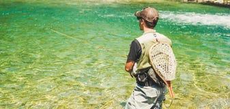 Pescador da mosca que flyfishing no rio Foto de Stock