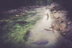 Pescador da mosca que flyfishing no rio Imagem de Stock