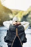Pescador da mosca que usa a haste flyfishing Imagens de Stock Royalty Free