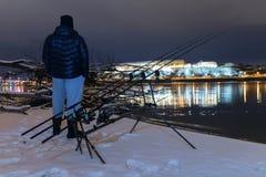 Pescador da pesca da noite na noite do inverno Pesca da noite, inverno f Fotografia de Stock