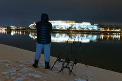 Pescador da pesca da noite na noite do inverno Pesca da noite, inverno f Foto de Stock Royalty Free