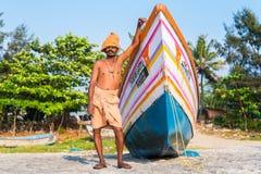 Pescador de Kerala e seu barco Imagem de Stock Royalty Free