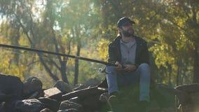 Pescador de la calma que disfruta de la pesca y de la naturaleza hermosa, fin de semana en salvaje, afición metrajes