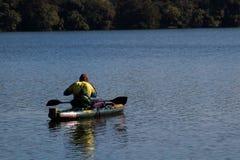 Pescador de la canoa Imagenes de archivo