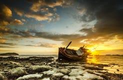 Pescador de la puesta del sol y del barco Imágenes de archivo libres de regalías