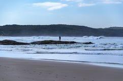 Pescador de la resaca en una playa de la milla Fotos de archivo libres de regalías